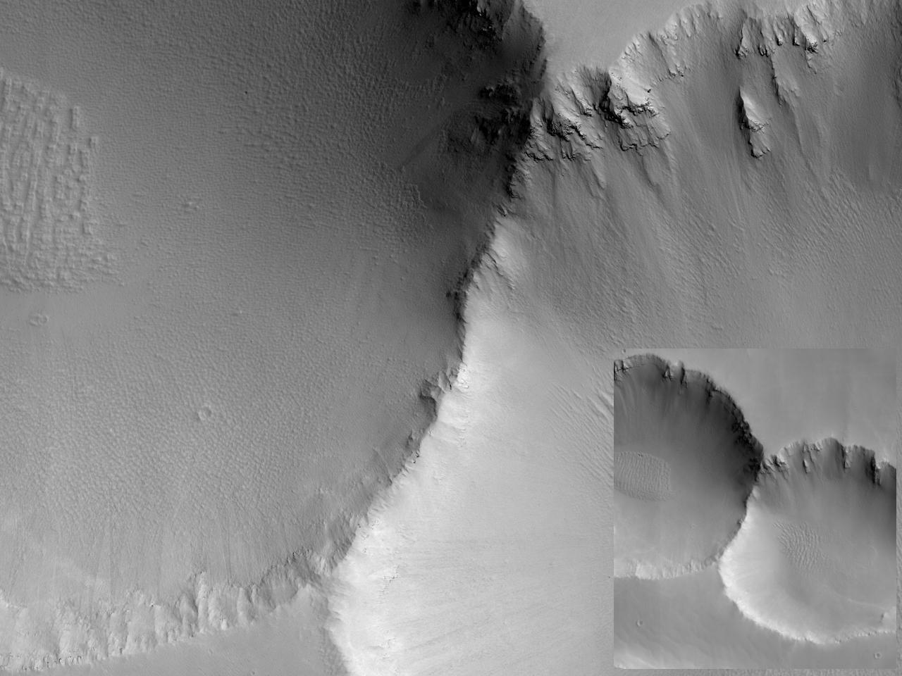 To kratere ved siden av hverandre i Noctis Labyrinthus