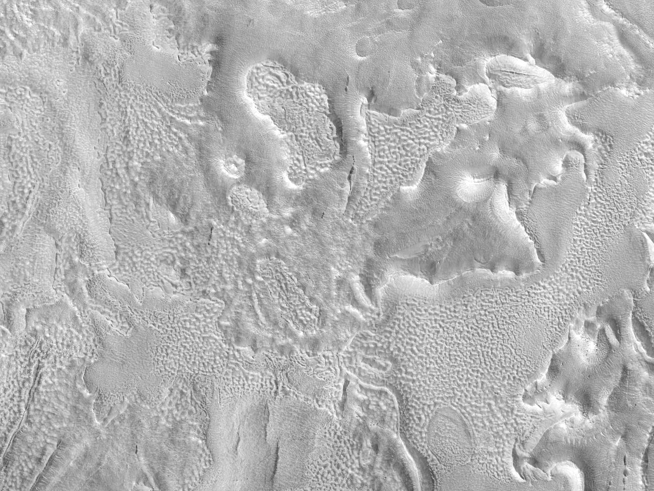 Tykk kant av et nedslagskrater ved Protonilus Mensae