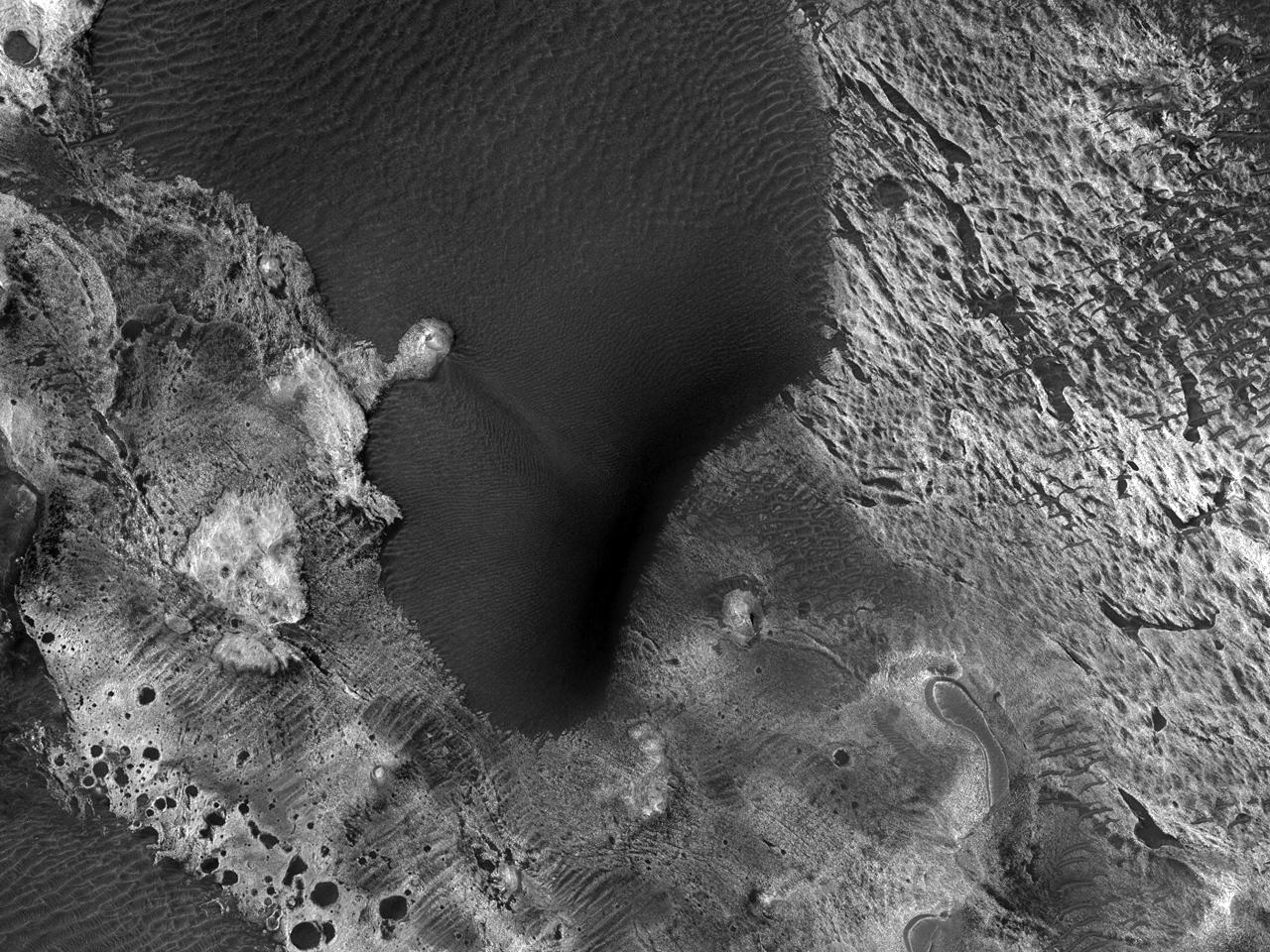 Отложения светлого цвета вдоль северо-востока каньона Melas Chasma