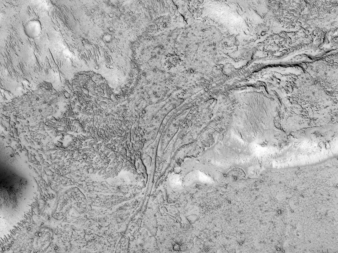 Канал в потоке лавы в районе гор Tartarus Montes