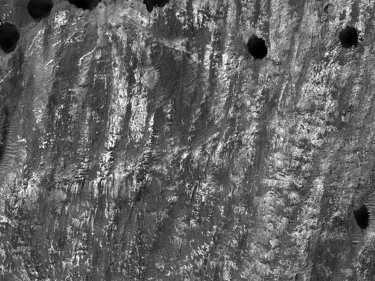 Дюны на своде оползня недалеко от долиныUzboi Vallis