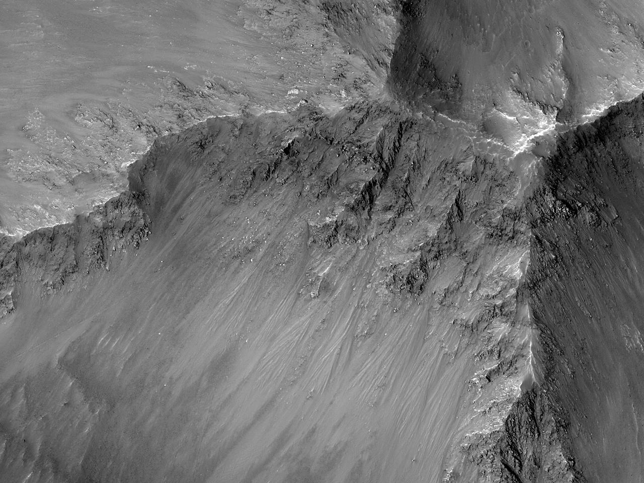 Наблюдая за склонами каньона Coprates Chasma