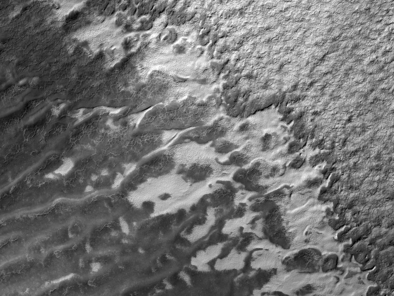 Слои в кратере, расположенном в южных широтах