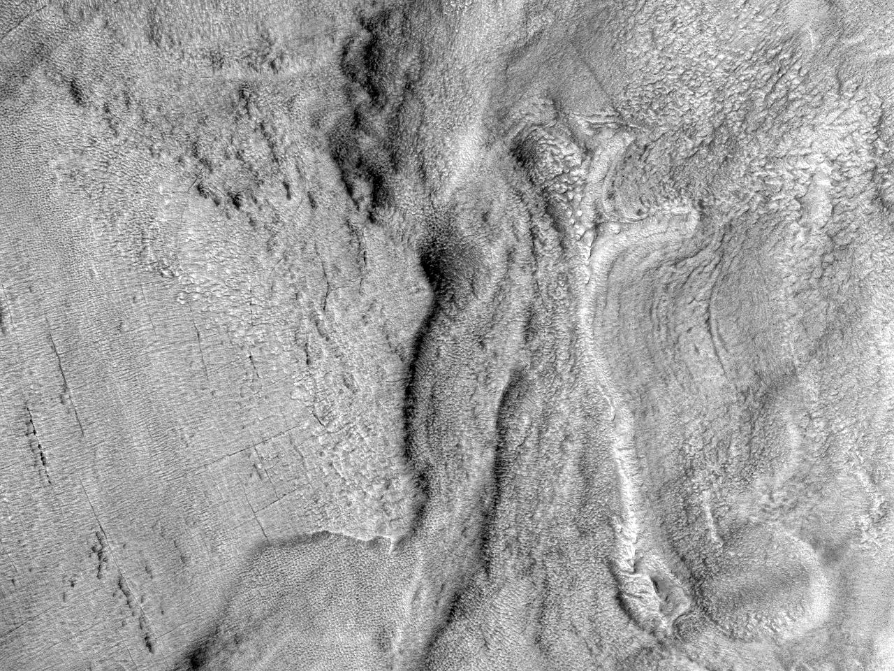 Слои в кратере на северо-западе равнины Hellas Planitia