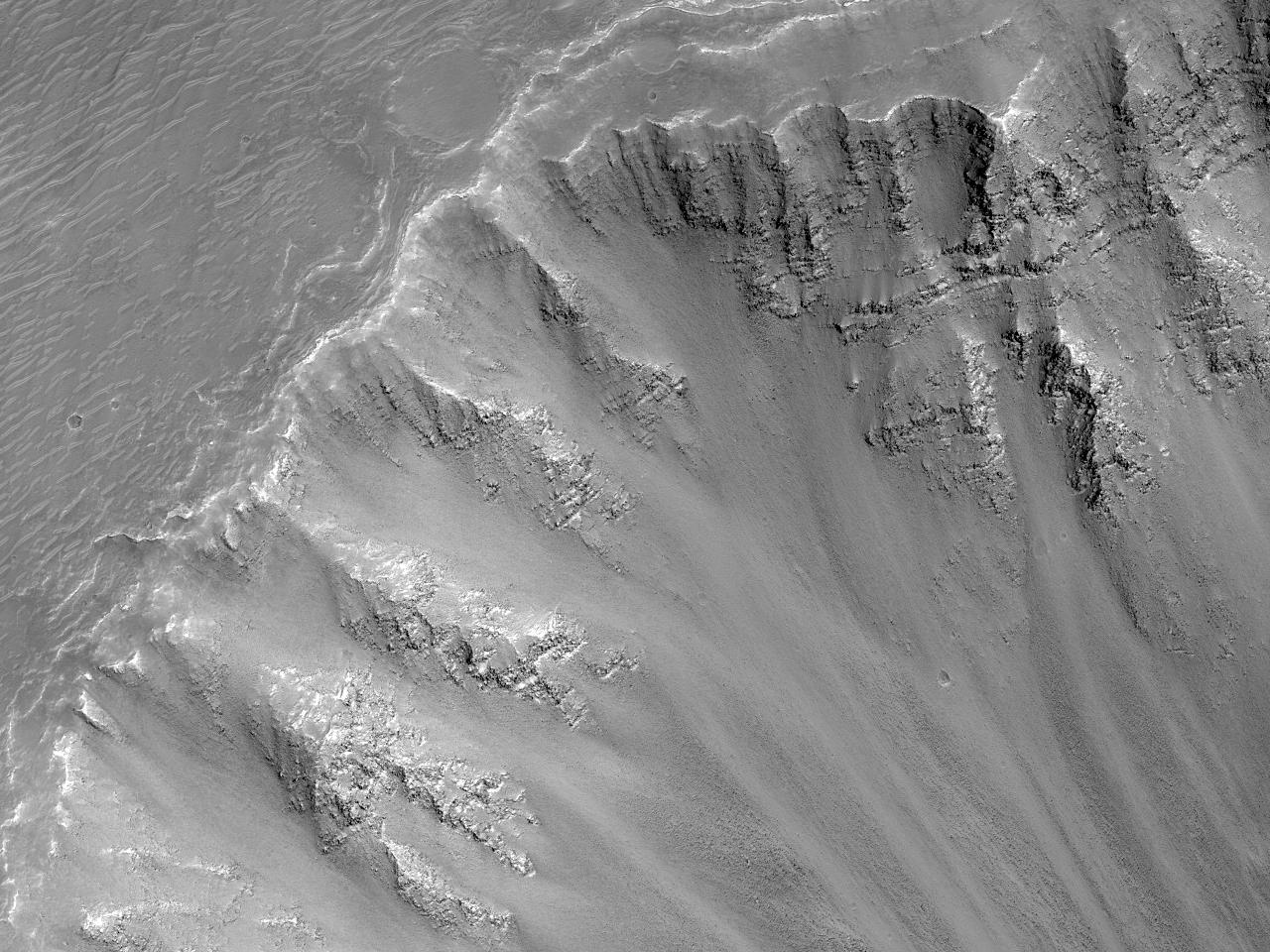 Наблюдение за склоном кратера
