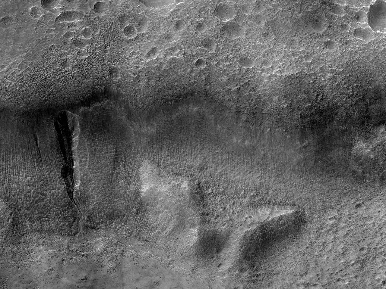 Ravine nær kanten av Newton-krateret