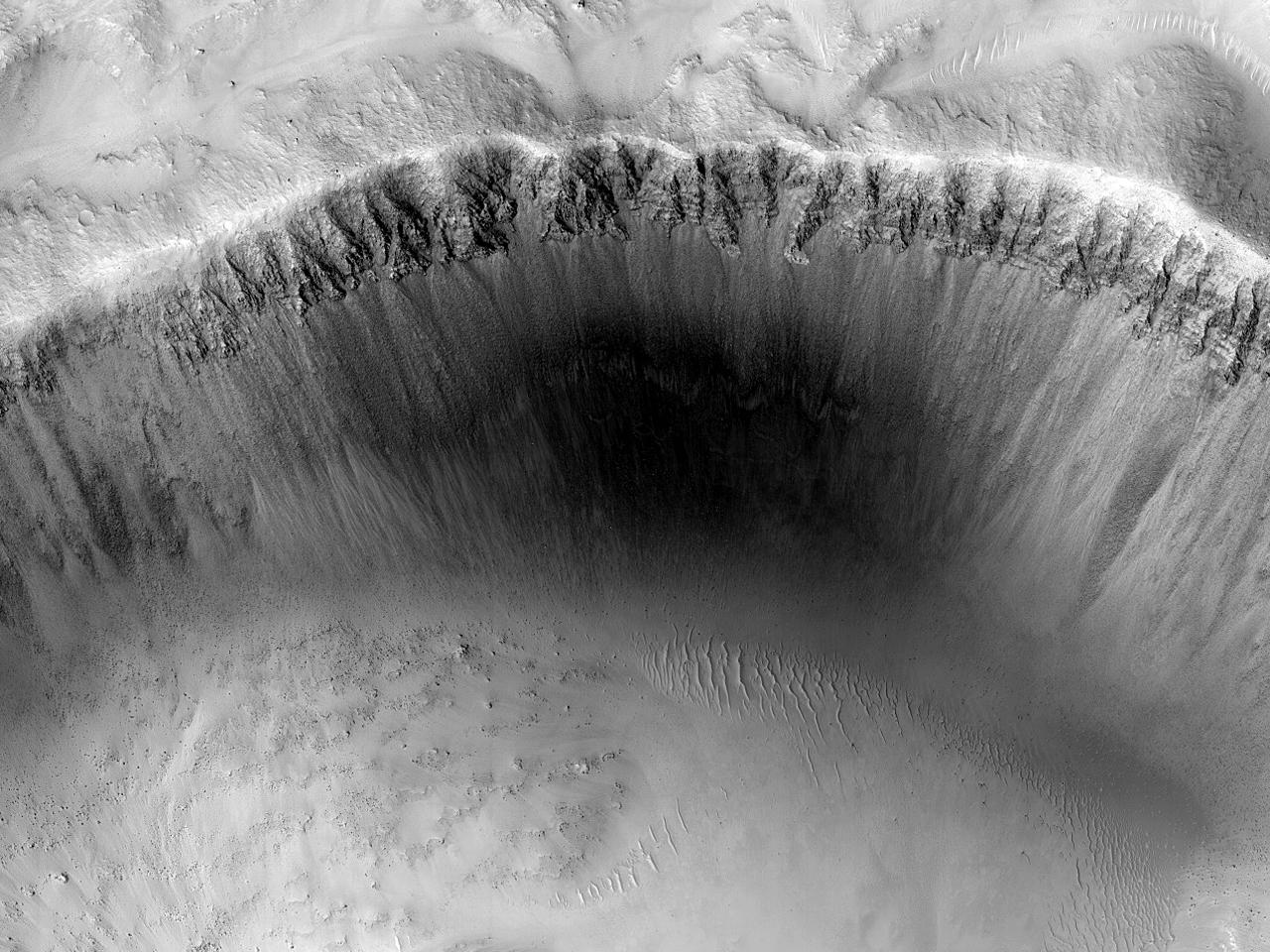 Крутой склон кратера на равнине Isidis Planitia