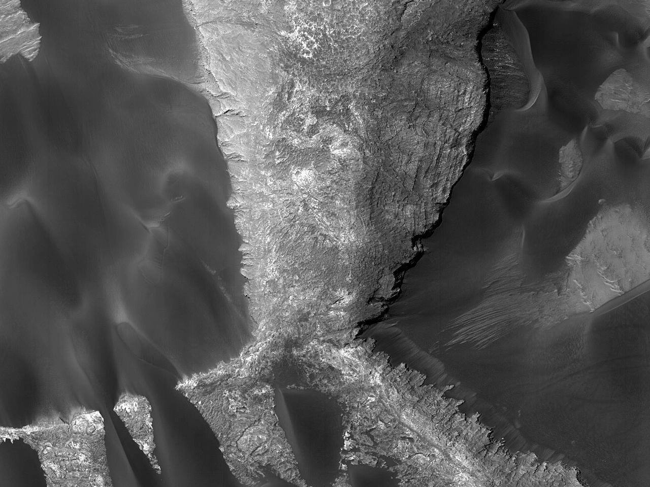 Overvåkningsbilde av skråning og sanddyner i Rabe-krateret