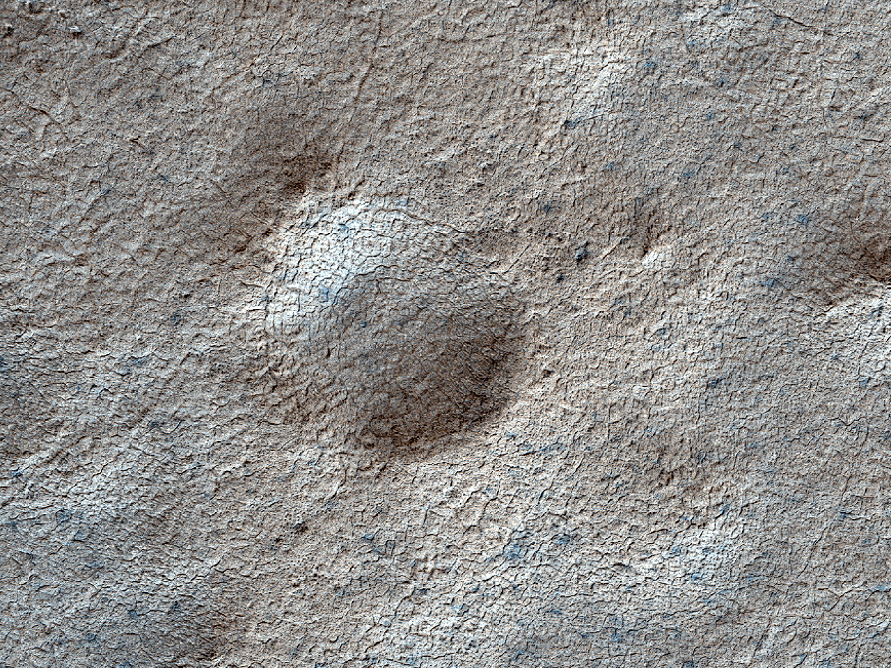 Кратер диаметром 270 метров в слоистых отложениях Южного полюса