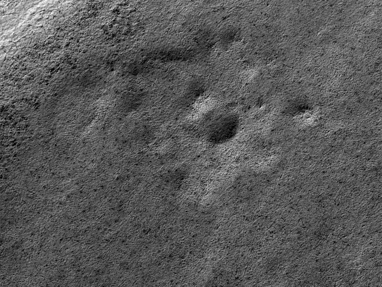 270 meter i diameter stort krater med lagvise avsetninger på sørpolen