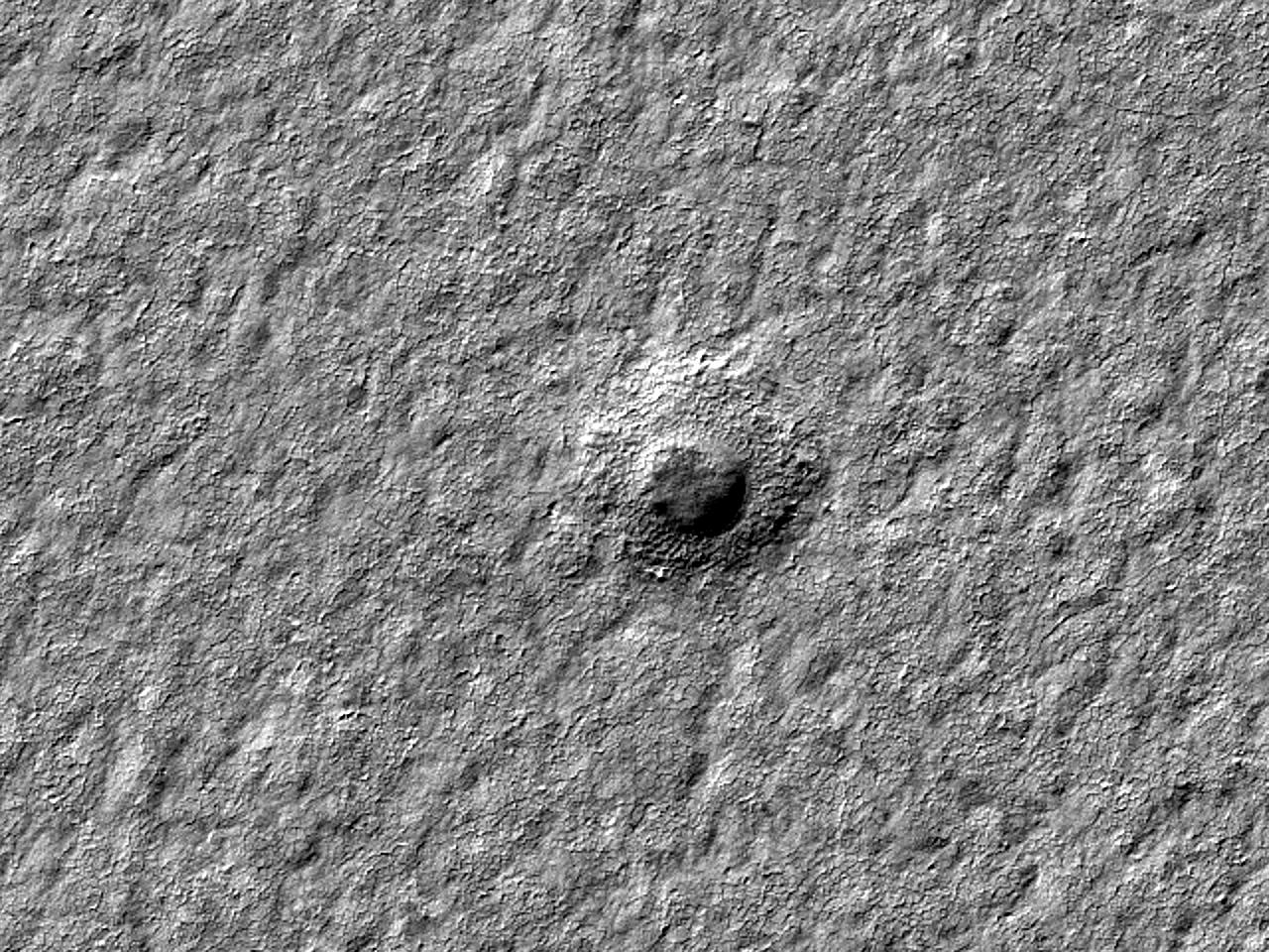 Кратер диаметром 322 метра в слоистых отложениях Южного полюса