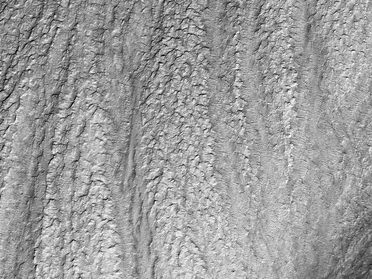 Rettrygget haug inni et krater