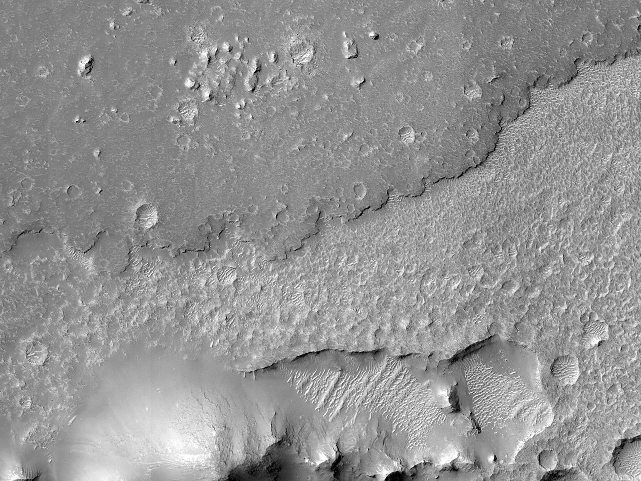 Поток лавы в кратер