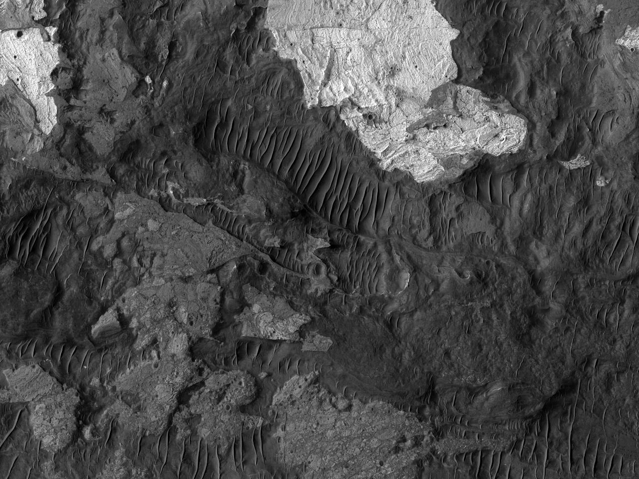 Обнажения светлого цвета на дне каньона Ius Chasma