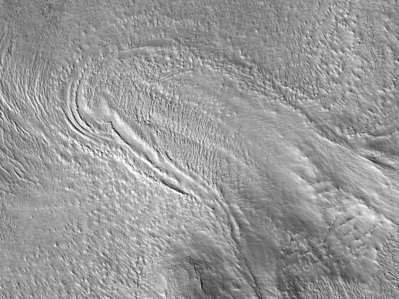 Ледник с многочисленными моренами на севере земли Tempe Terra