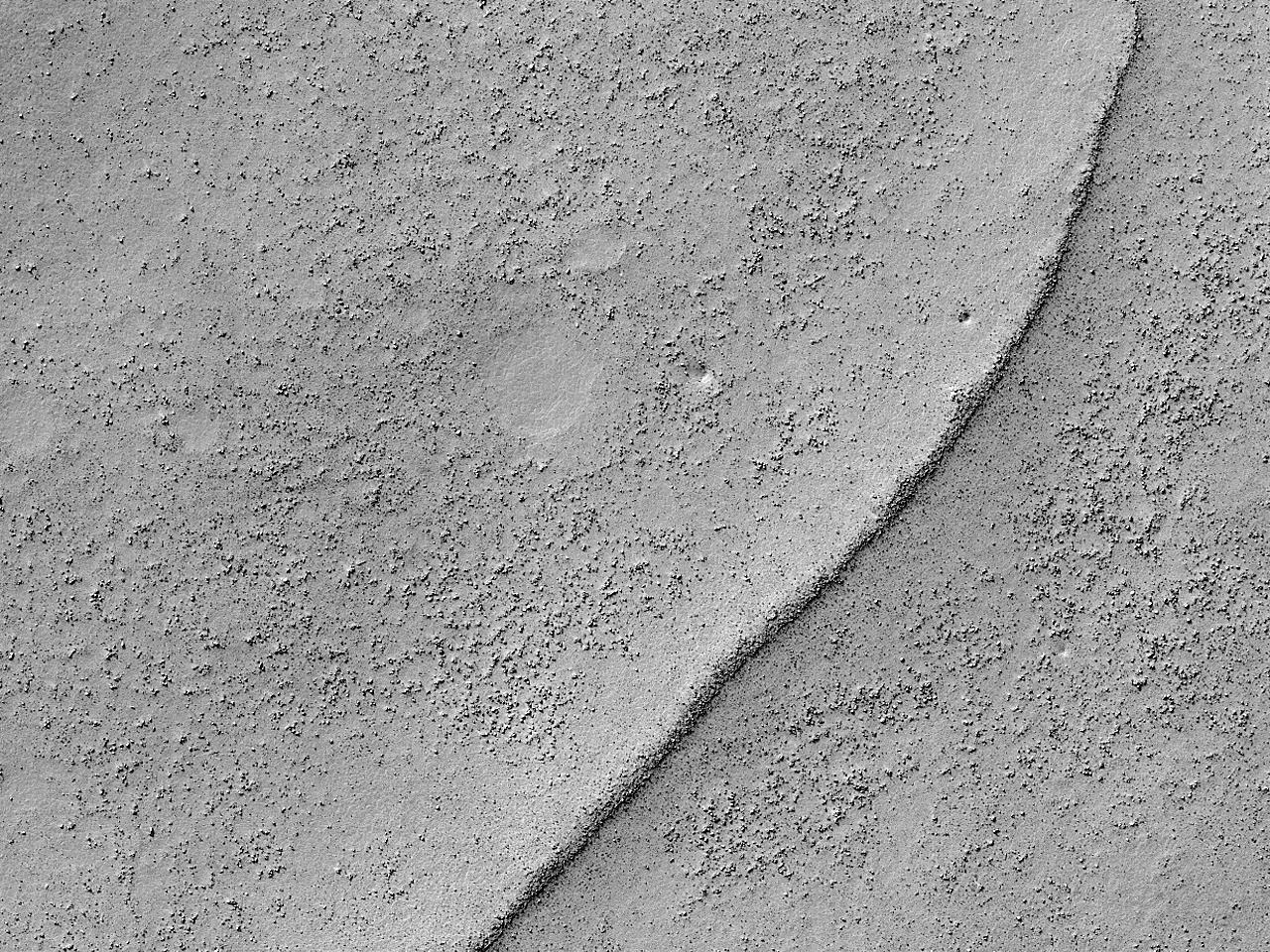 Изогнутый горный хребет в кратере Suess