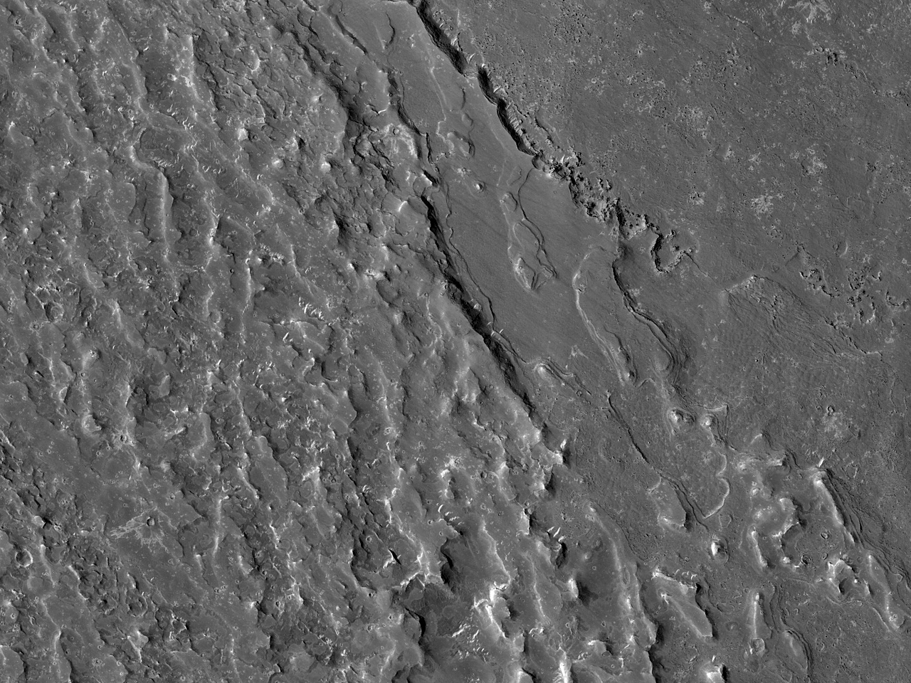 Лава и канал на юге равнины Elysium Planitia