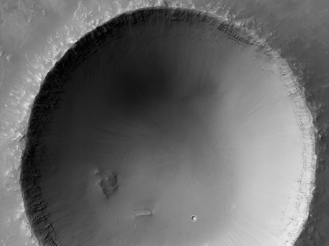 Хорошо сохранившийся 4-километровый ударный кратер