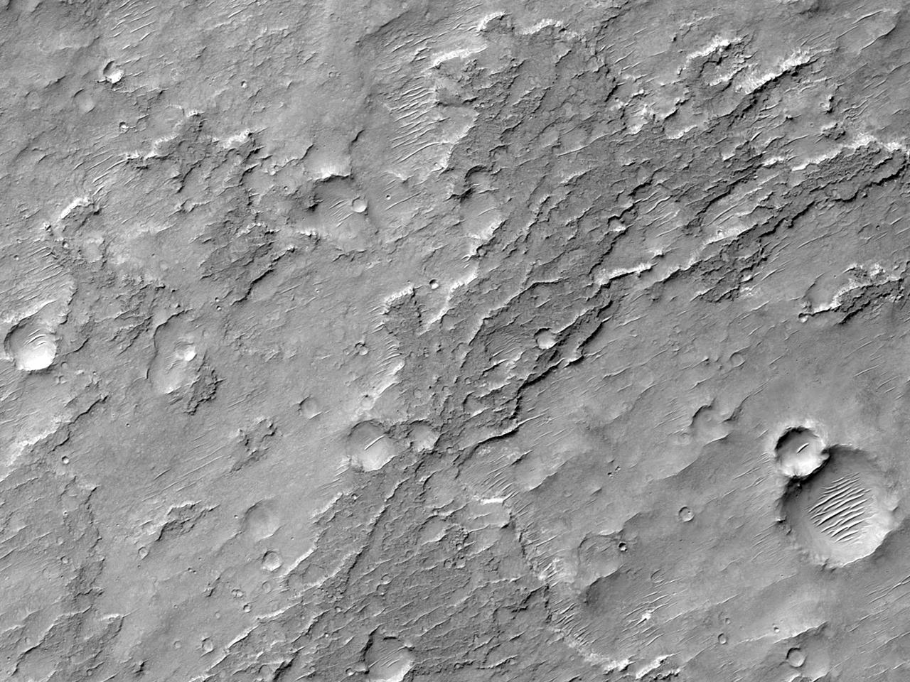 Конусы выноса в кратере к западу от долины Maadim Vallis