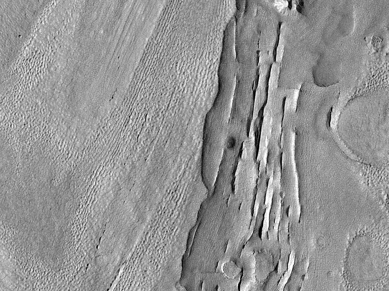 Ряды впадин в столовых горах Protonilus Mensae
