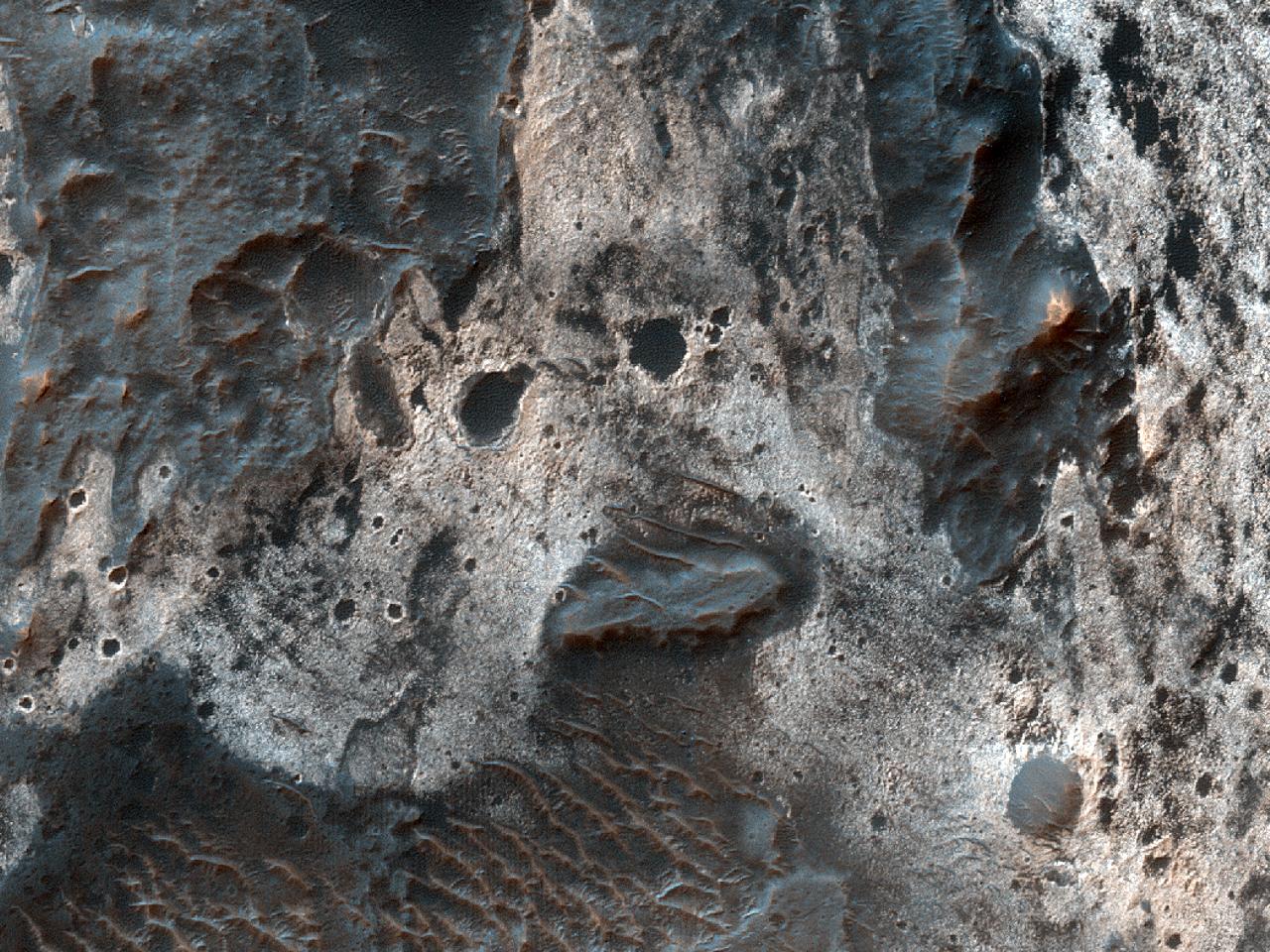 Отложения светлого цвета вдоль днасеверо-востока каньона Melas Chasma