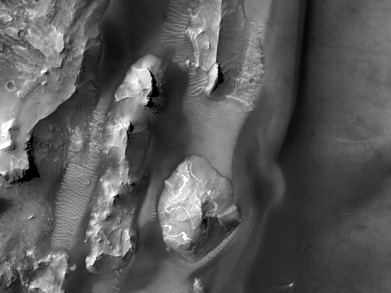 Изменения форм рельефа в лабиринте Noctis Labyrinthus