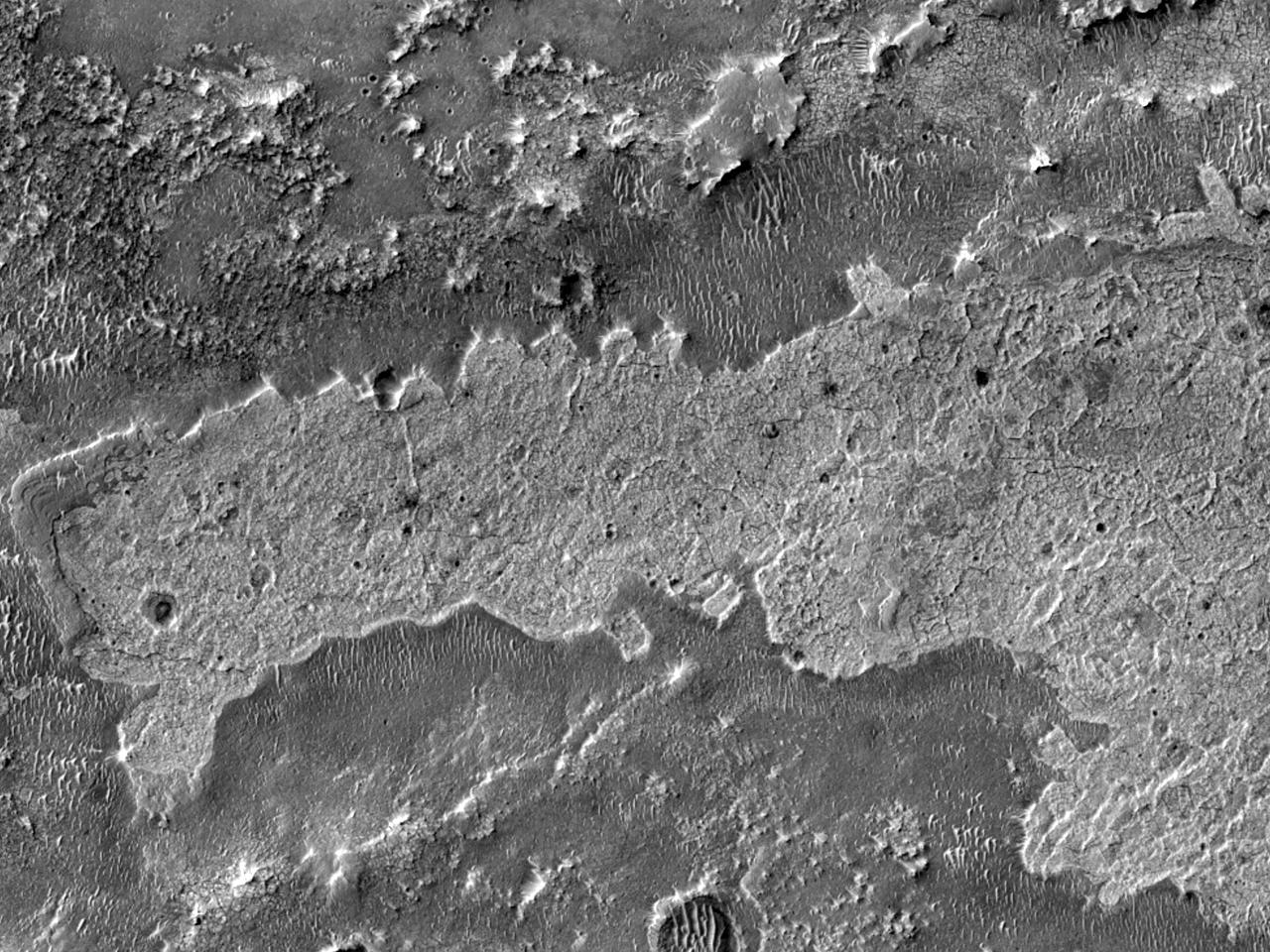 Отложения к западу от кратера Miyamoto