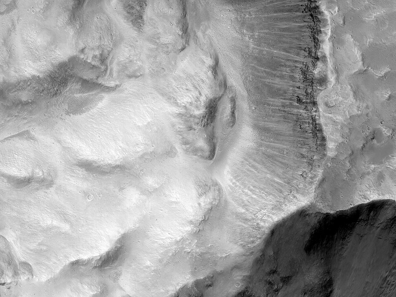 Склон кратера в долинах Tiu Valles