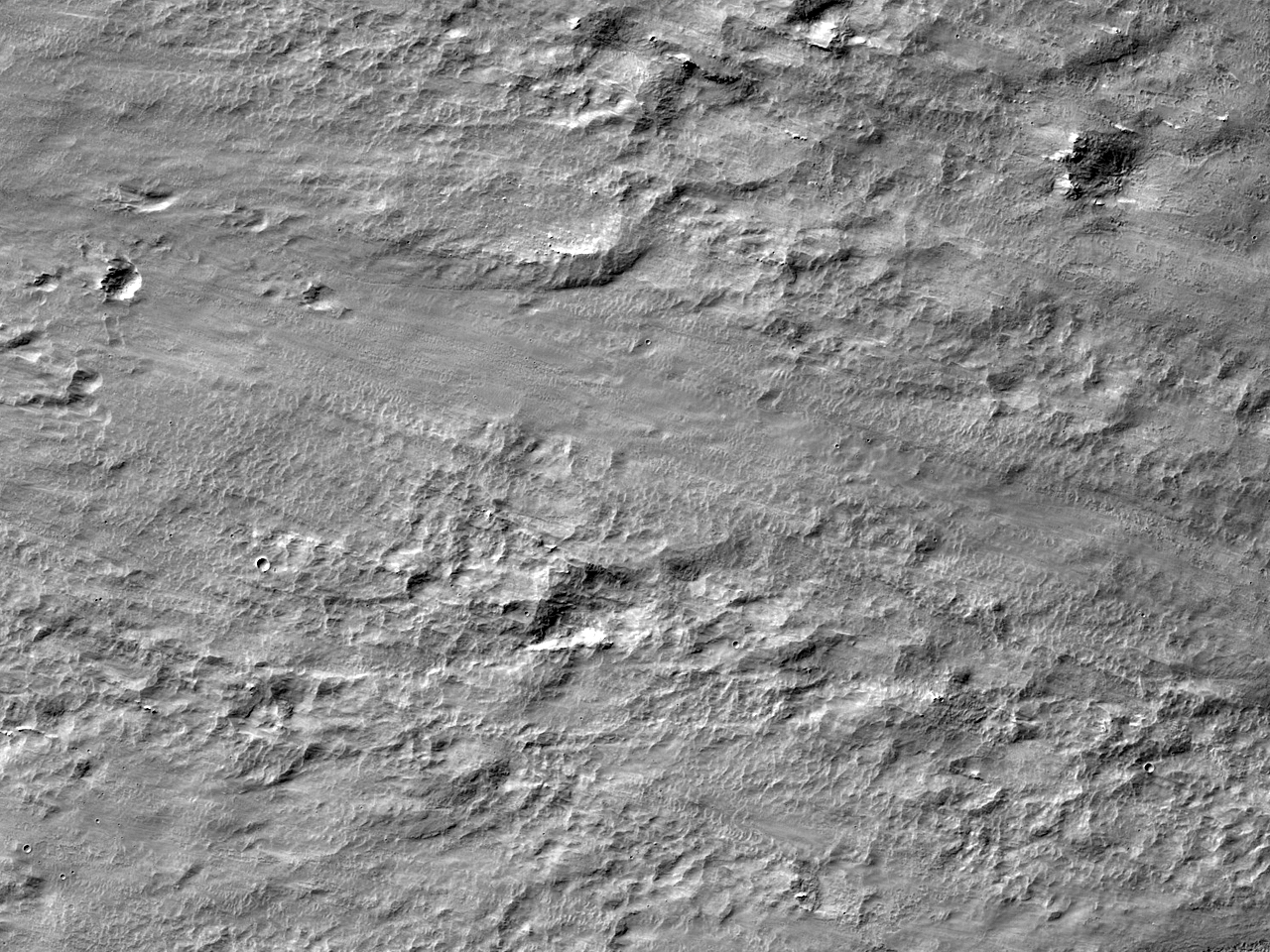 La marginea rămășițelor de impact ale craterului Resen în Hesperia Planum