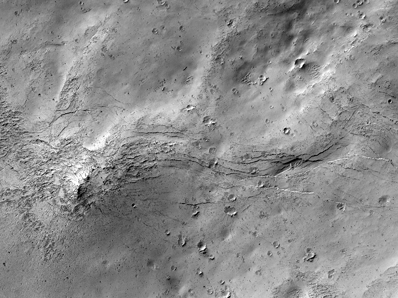 Слоистые породы в кратере на восток от кратера Schiaparelli