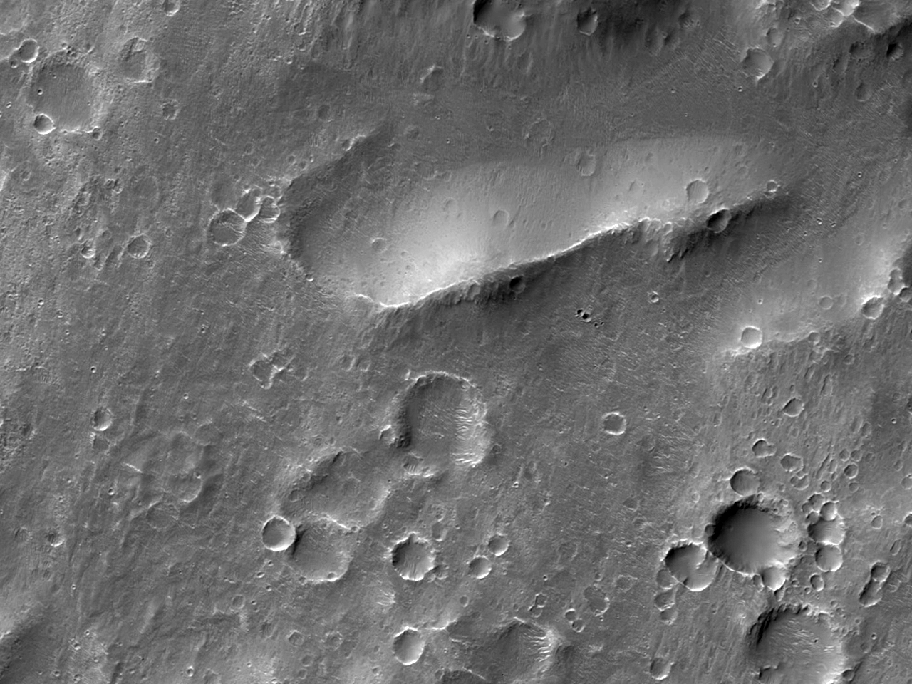 Многочисленные ударные кратеры долин Ladon Valles