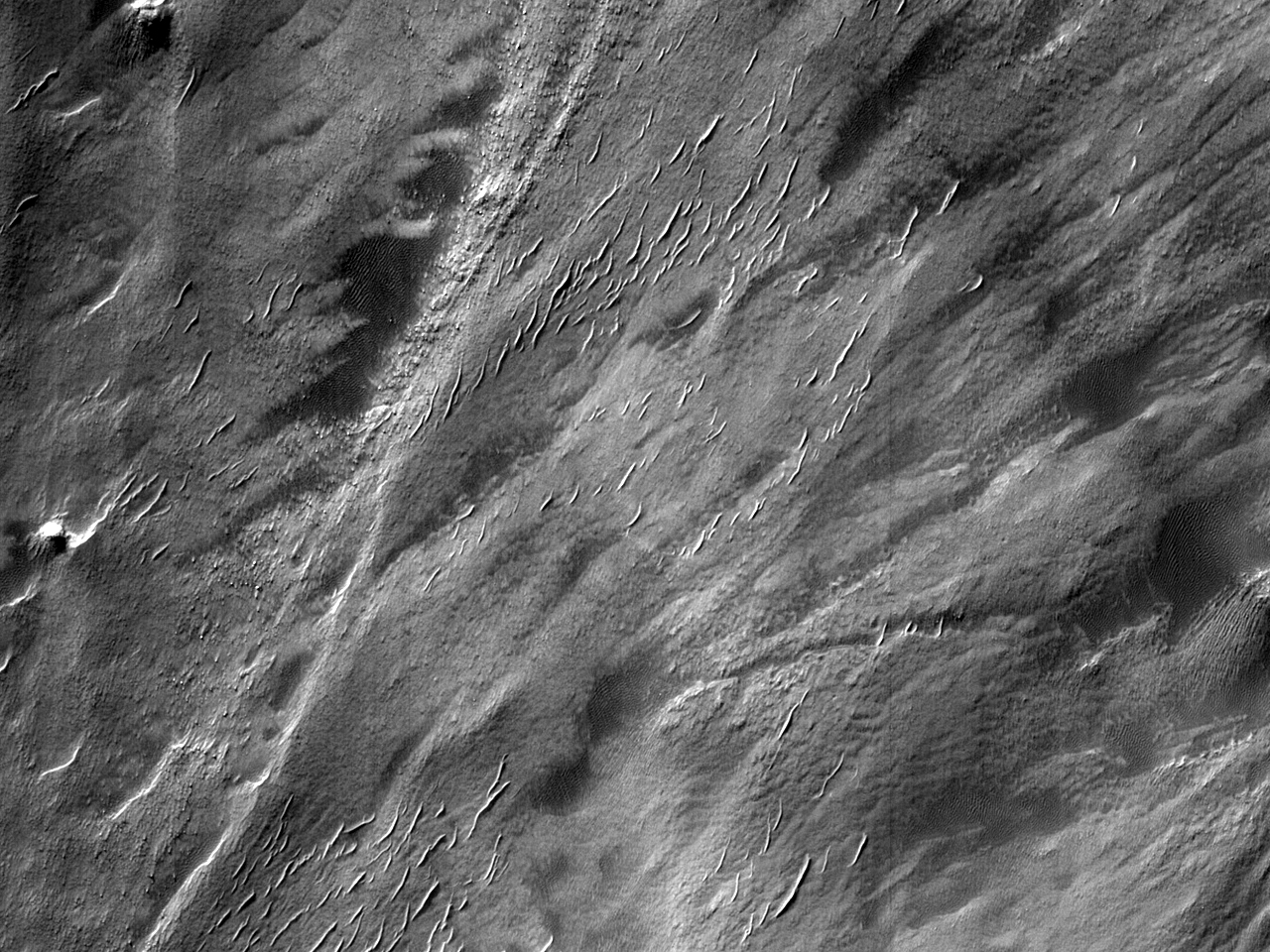 Предгорная аллювиальная равнина в форме лопасти в горах Nereidum Montes