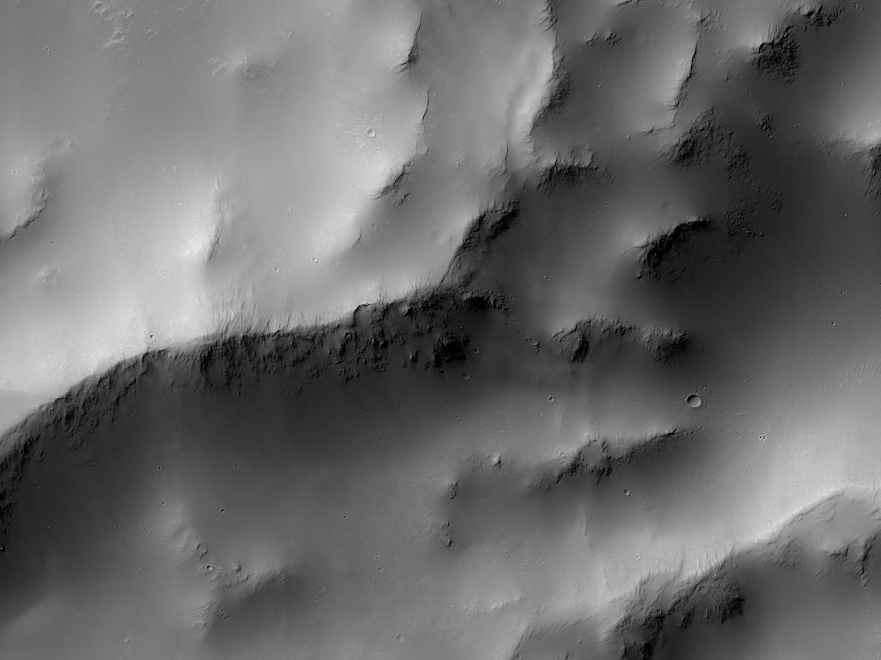 Край большого разрушенного ударного кратера