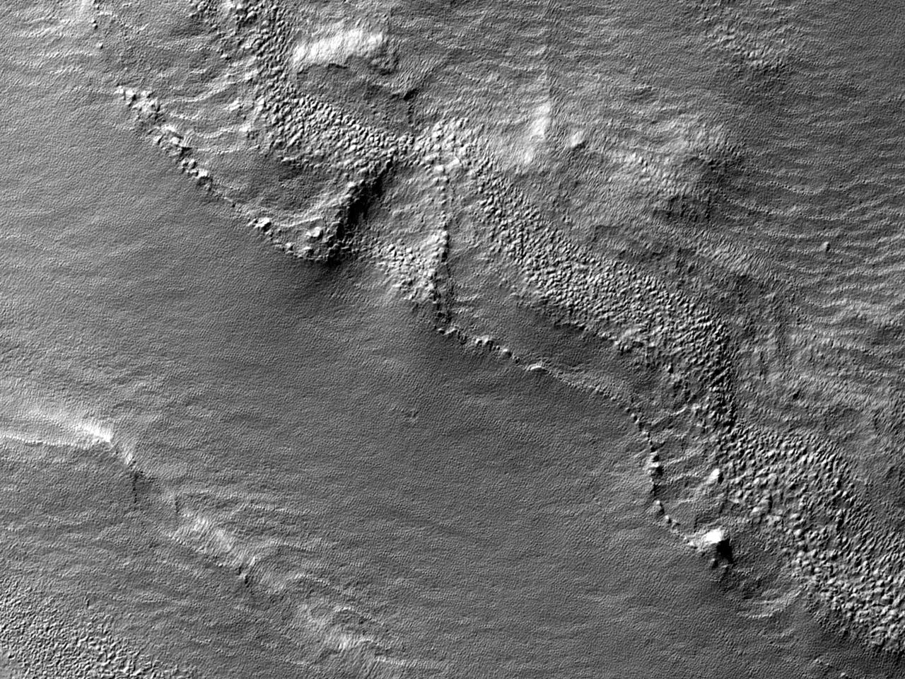 Straturi cutate într-un crater în Terra Cimmeria