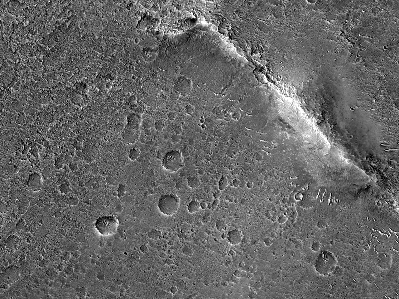 Posibil filon de lavă (dyke) în Aromatum Chaos
