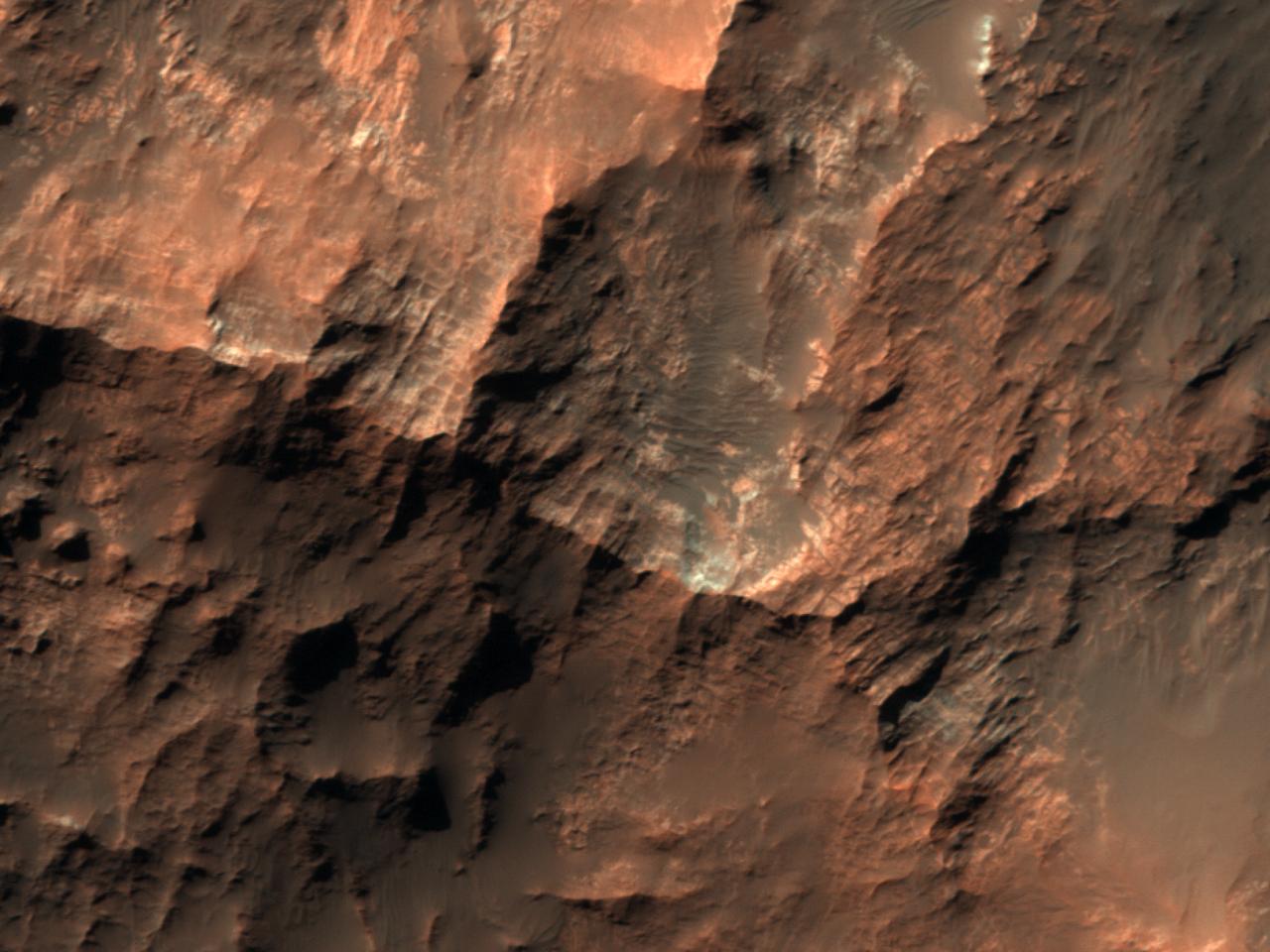 Светлый материал в центре кратера в бассейне хаоса Gorgonum Chaos