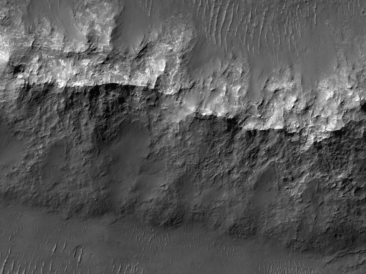 Lyst materiale i midten av et krater i Gorgonum Chaos Basin