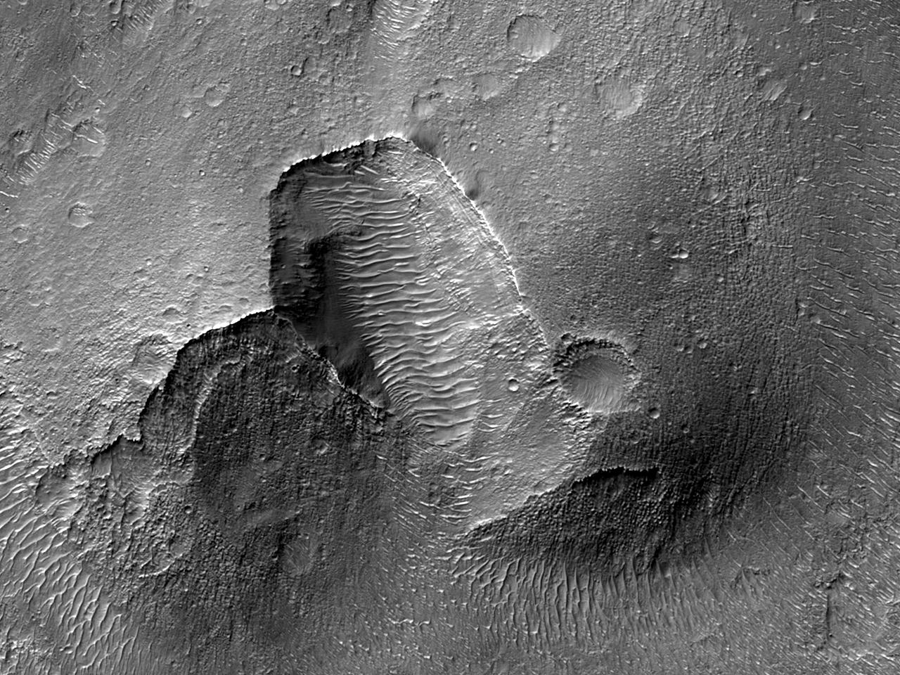 Небольшой вулканический конус в бассейне долин Ladon Valles