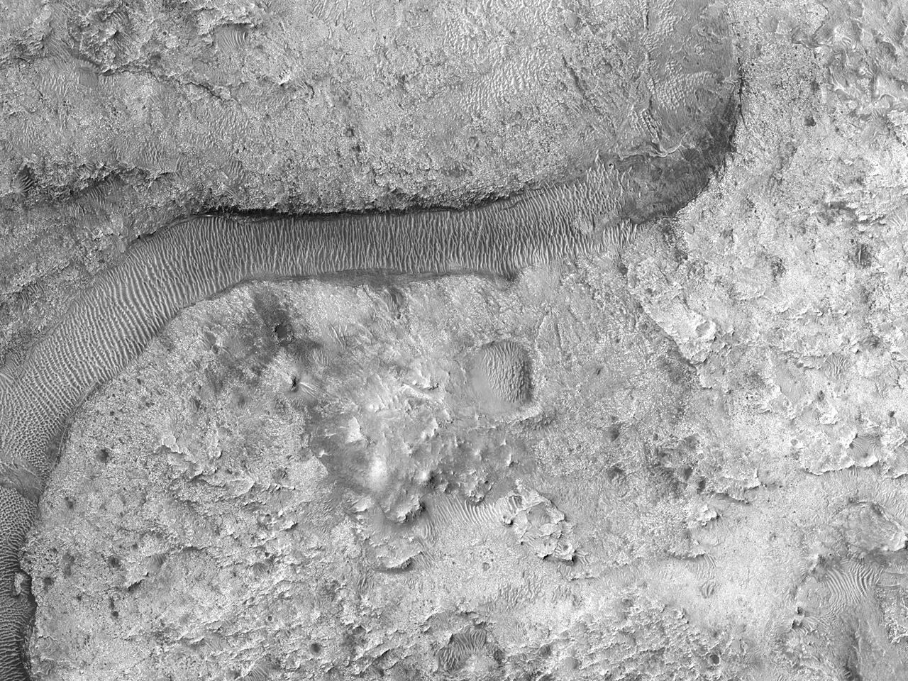 Канал с дюнами на север от кратера Jezero