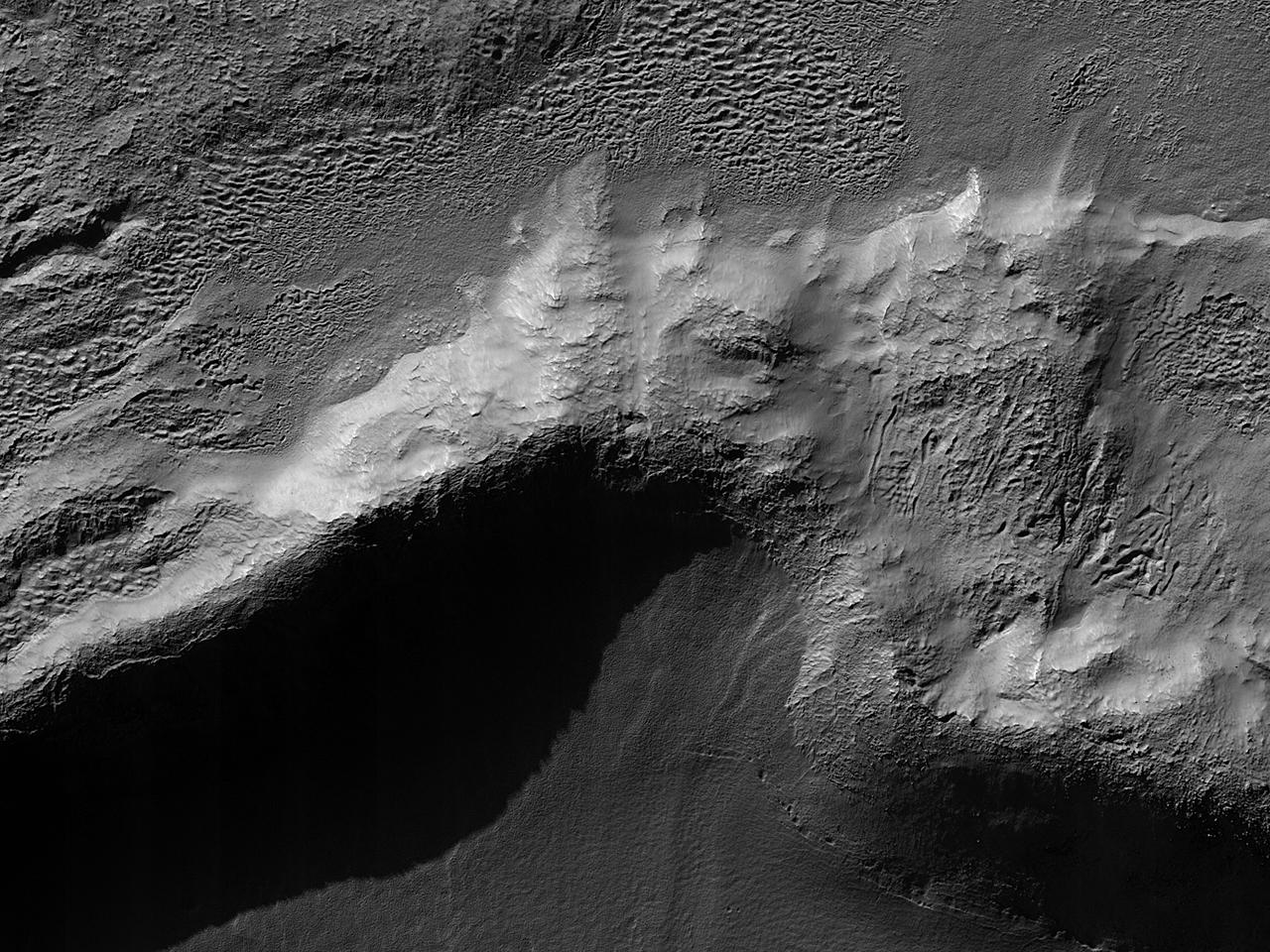 Godt bevart krater med lag av ejekta