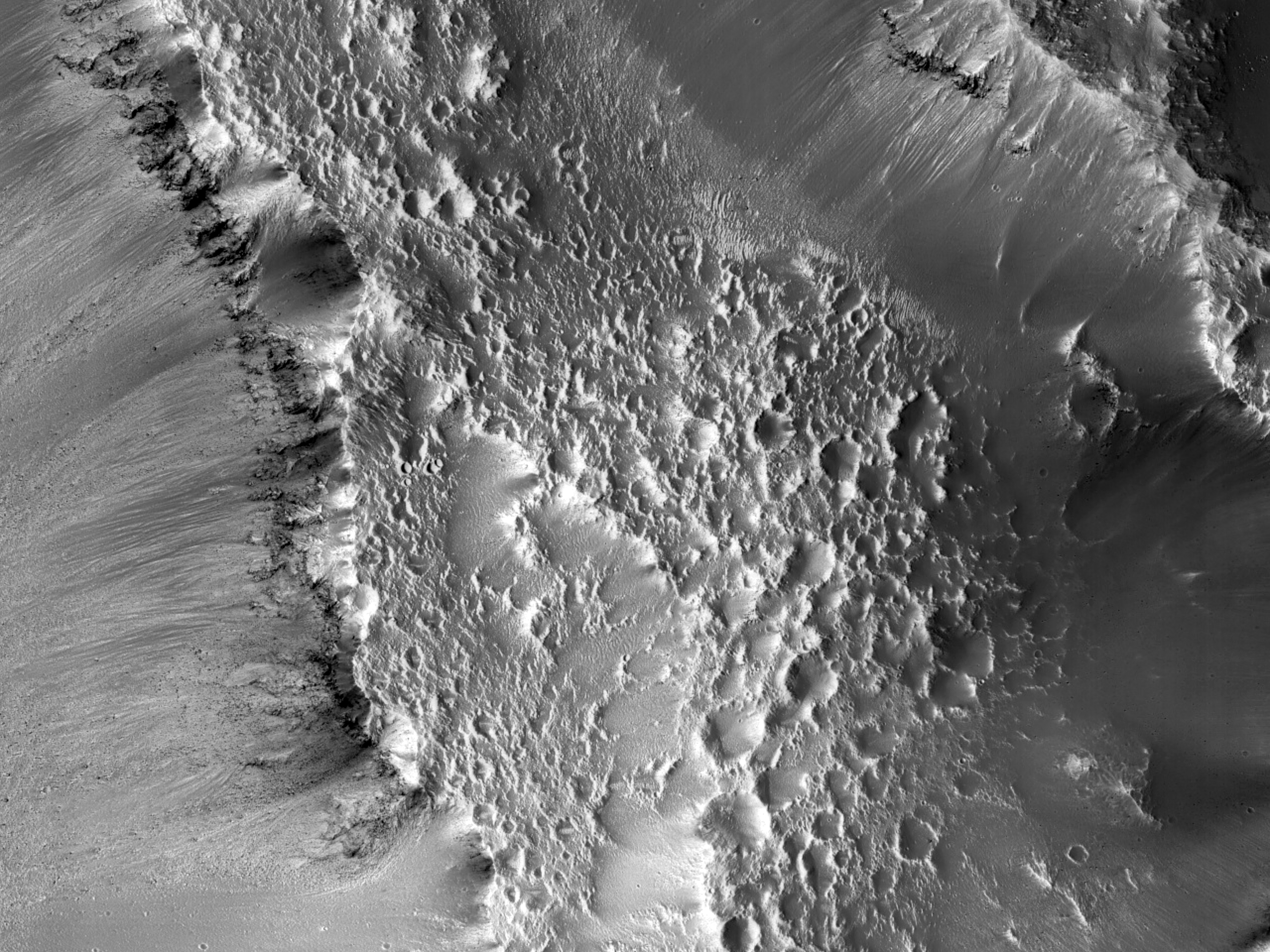 Впадины в маленьком кратере на дне кратера Sharonov