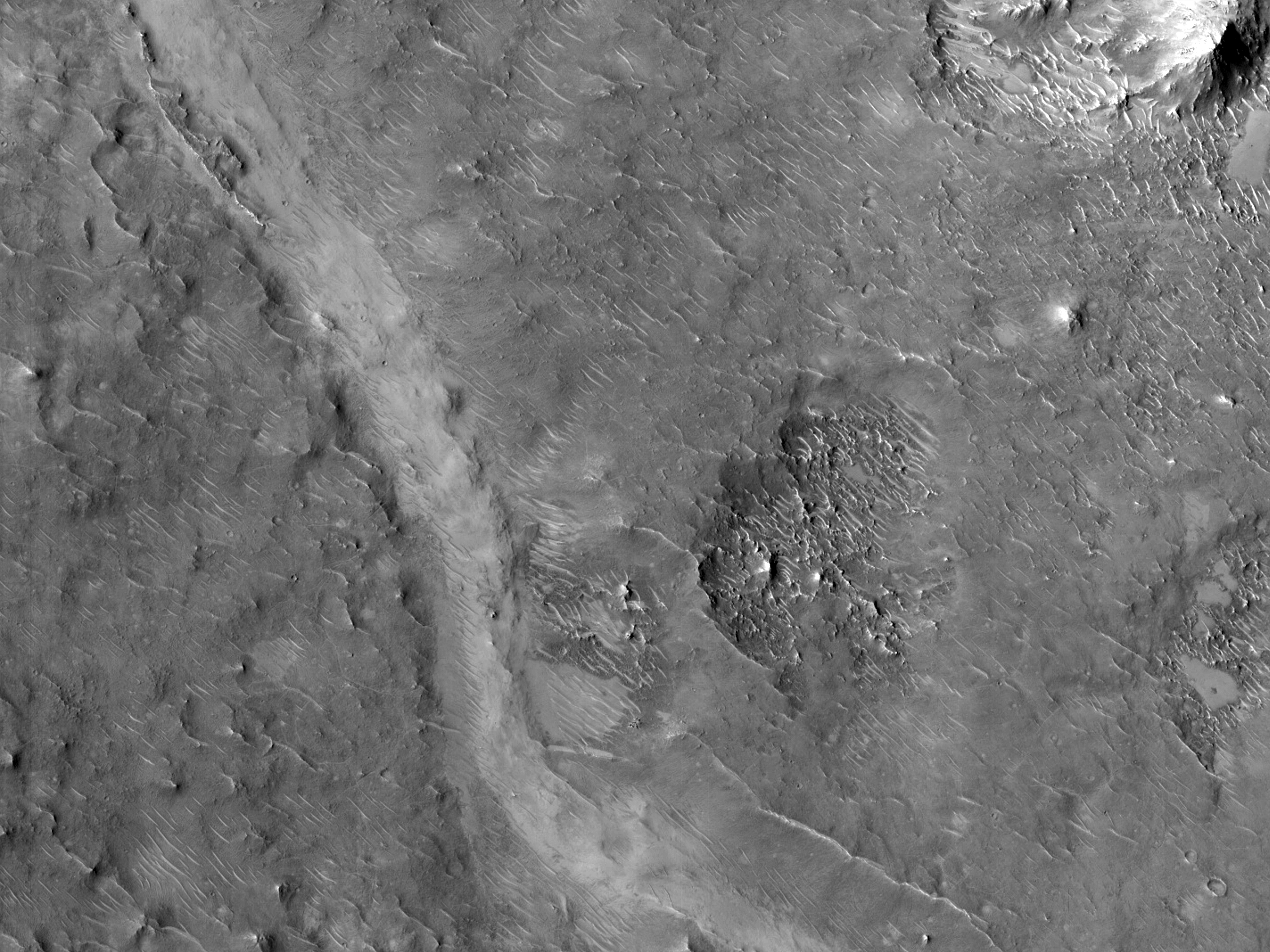 Звивисті хребти та долини в кратері Peridier