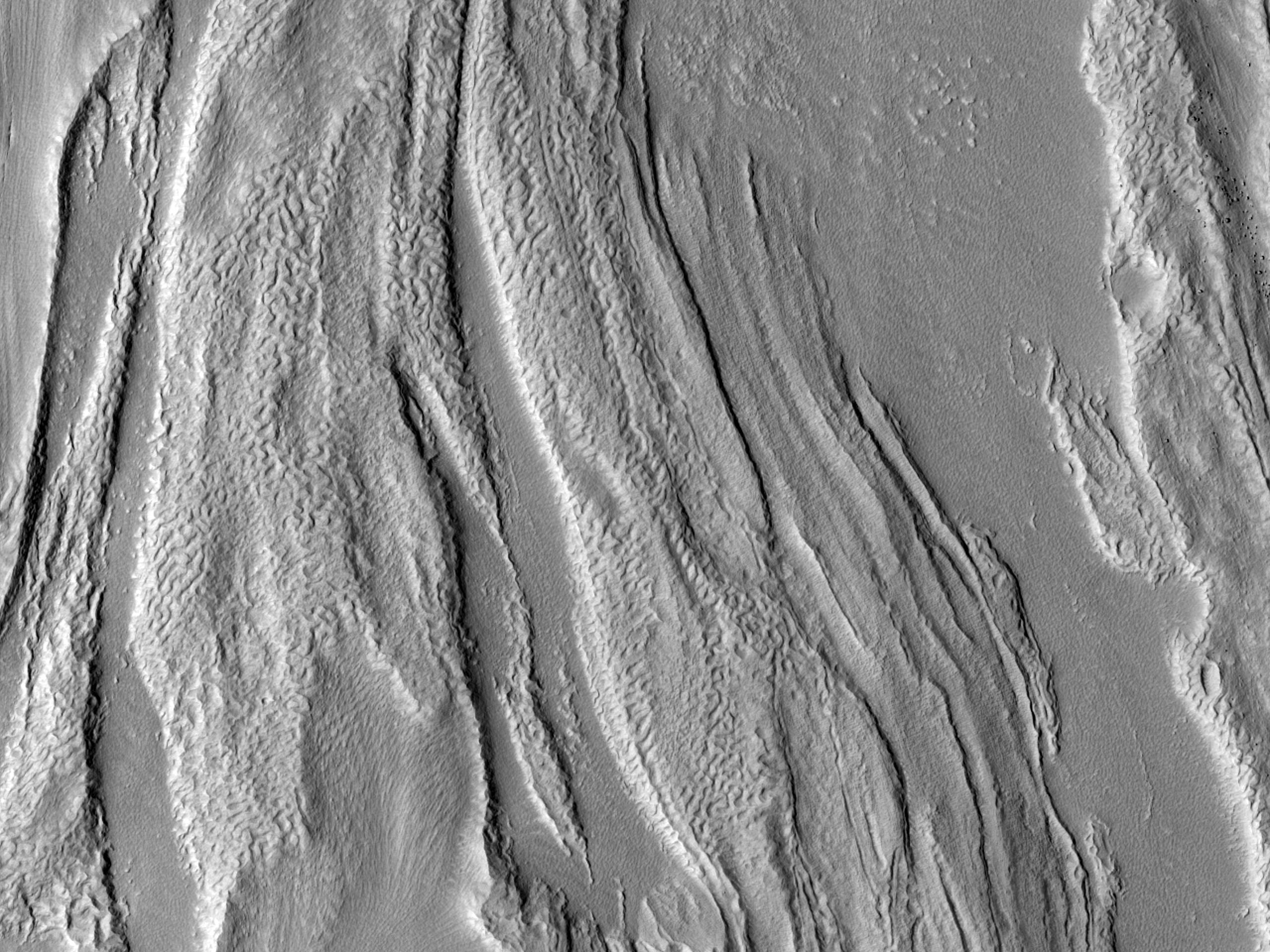 Материал на дне долины к северу от региона Arabia