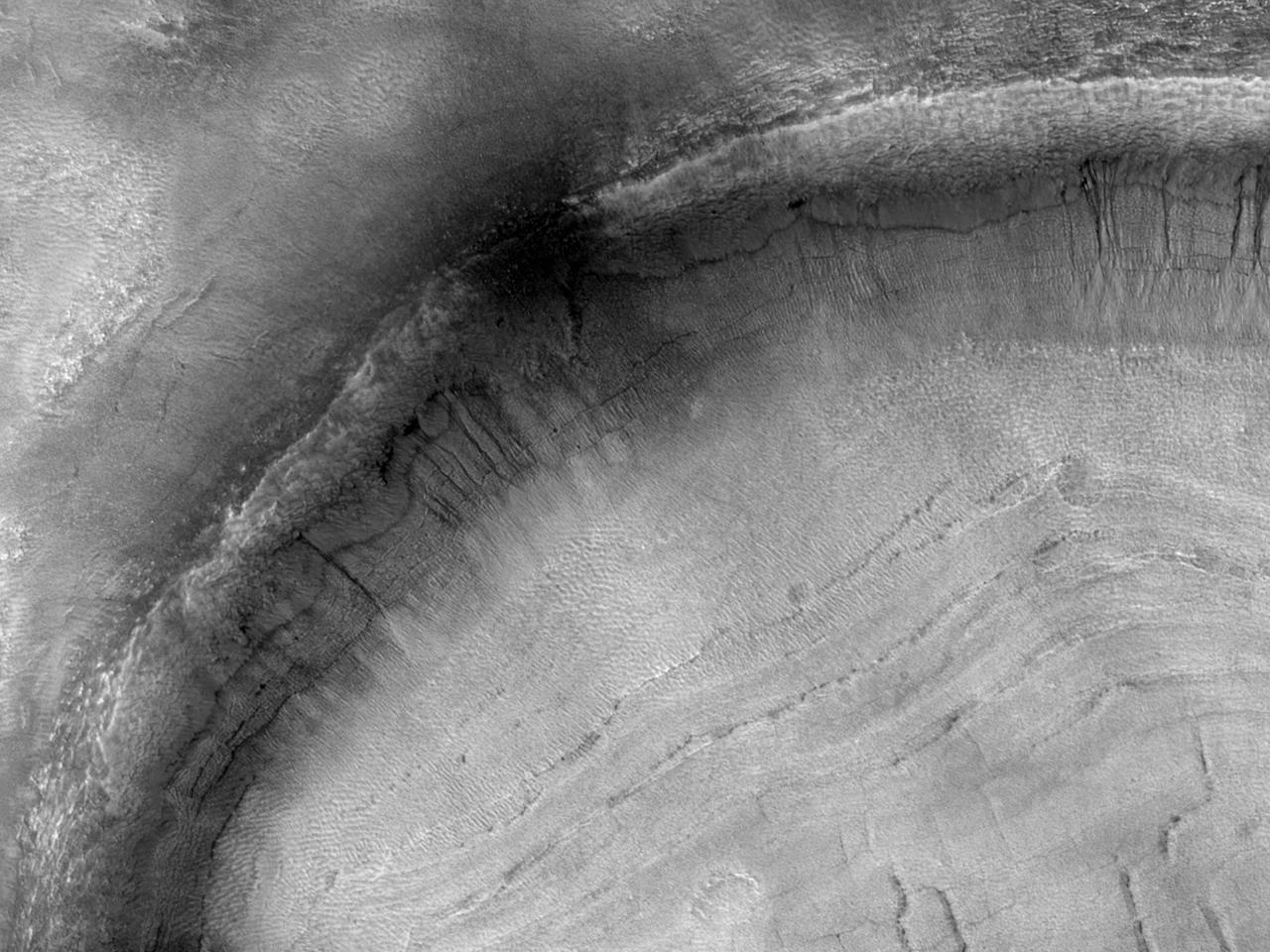 أخاديد في فوهة في منخفضات اسیدالیا (Acidalia Planitia)