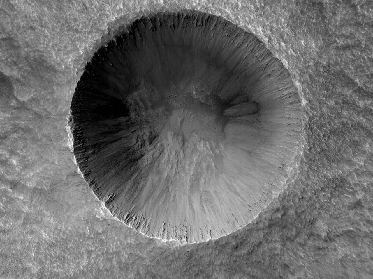 Кратер и длинные отметины на равнине Chryse Planitia