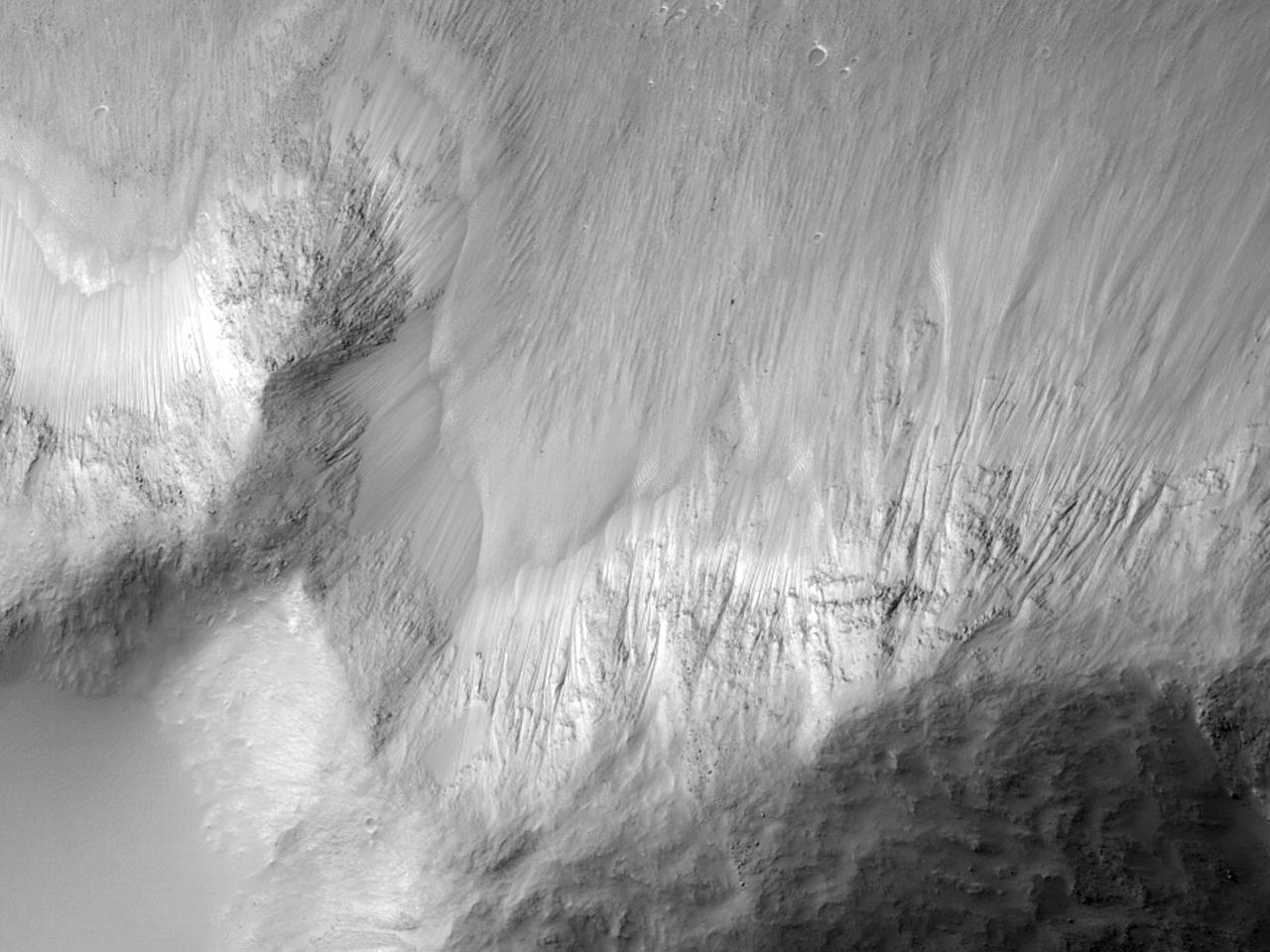 Склоны каньона Juventae Chasma