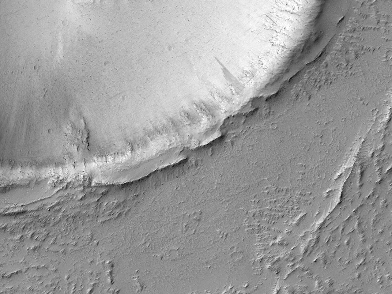 تدفق على طول حائط فوهة وصولًا إلى غرب منخفضات إيكوس (Echus Chasma)