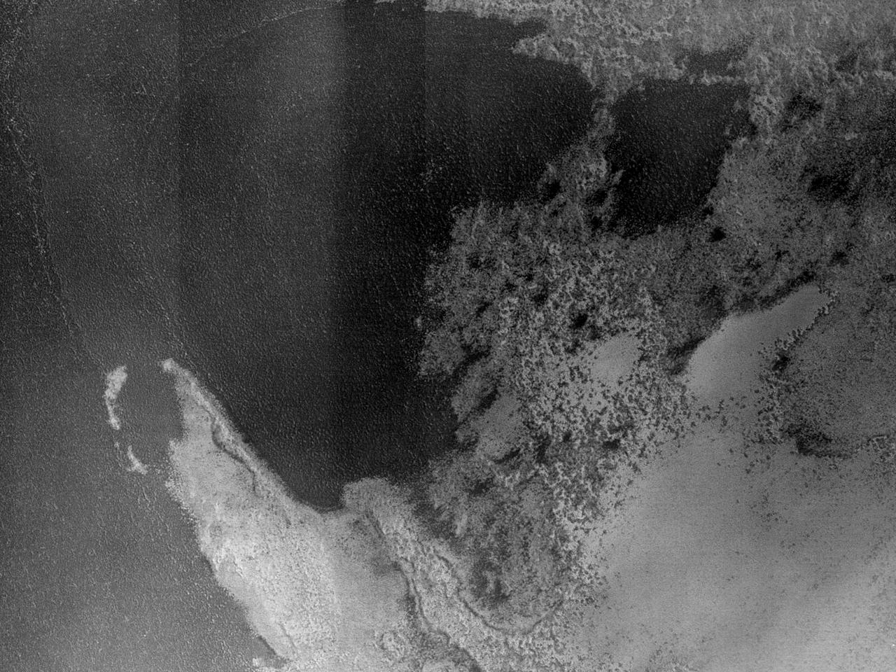 Formațiuni araneiforme într-un crater