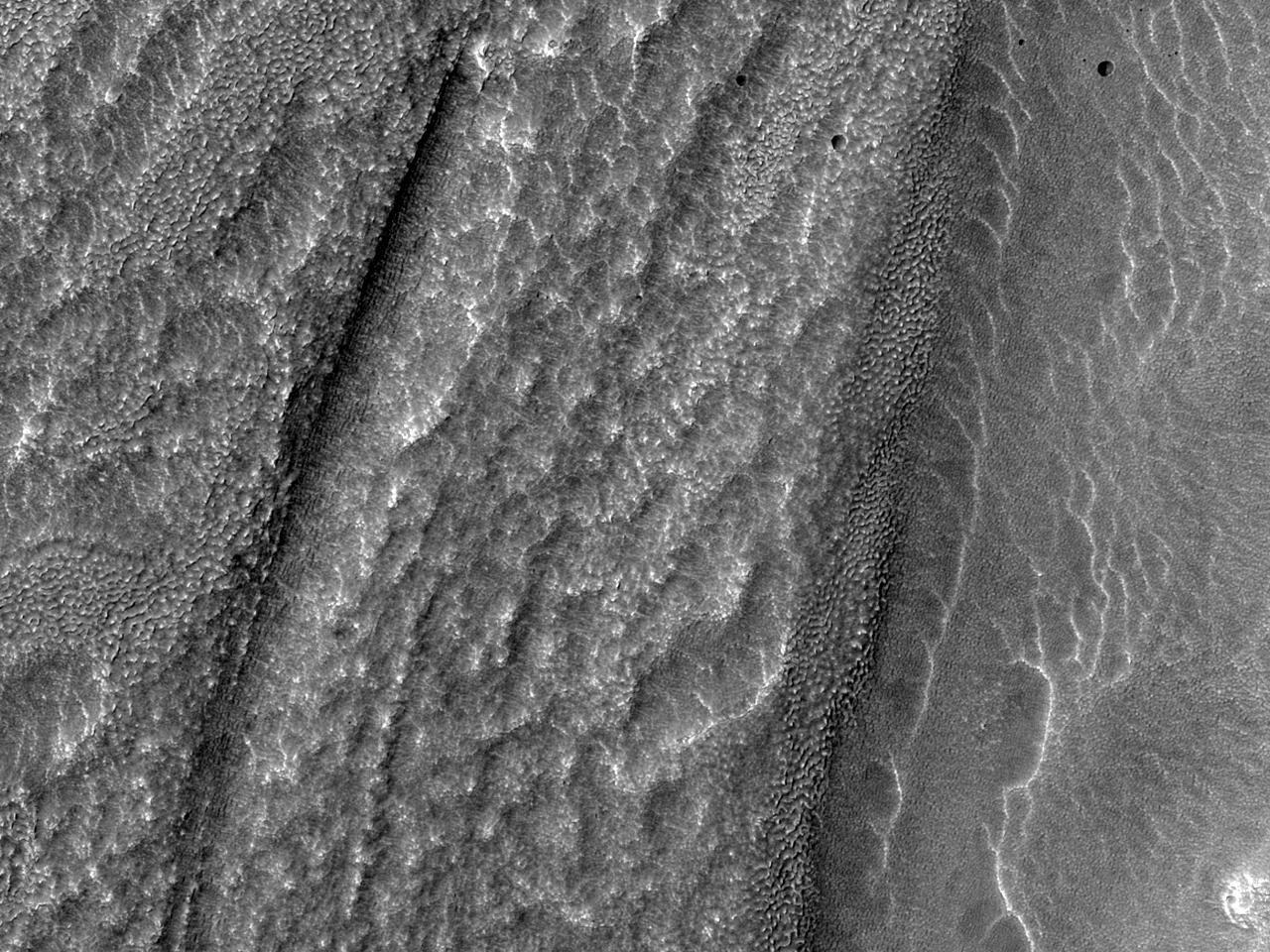 تدفقات بين هضاب في منطقة ديترونليس (Deuteronilus Mensae)