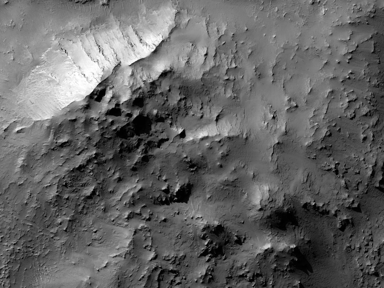Холмы в центре ударного кратера